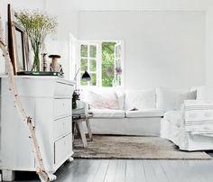 In deze zomerwoning is het heerlijk vertoeven op de ektorp hoekbank van Ikea.  Meer wooninspiratie op mijn woonblog http://www.interieurinspiratie.nl/