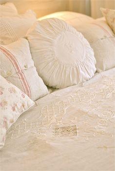 Sagolika sinnen:  .. linen bedcover and pillows ..
