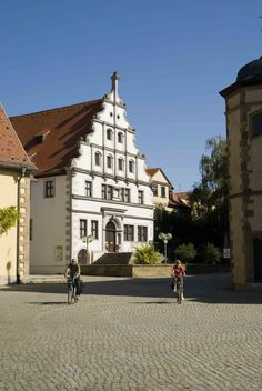 Direkt am Martin-Luther-Platz vor der imposanten St.-Johannis-Kirche steht mit dem Alten Gymnasium ein wichtiges Bauwerk der deutschen Renaissance von 1582/83. - http://www.schweinfurt360.de/  #Renaissance #Gymnasium #Kultur