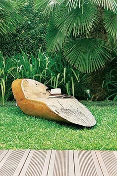 No jardim da casa do paisagista Marcelo Faisal, a grama Santo  Agostinho recebe irrigação e adubação periódicas. Mas o  segredo para tê-la sempre verdinha é permitir que cresça  o suficiente antes de podá-la. Na foto, banco de madeira  maciça de Hugo Fran (Foto: Evelyn Müller)