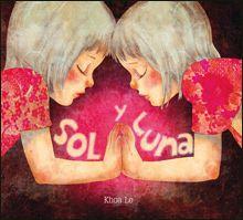 """""""SOL Y LUNA"""" de Khoa Le. Las hermanas Sol y Luna reinan en el cielo, pero están celosas una de la otra. Una noche deciden averiguar quién es más importante y cambian sus horarios, pero se dan cuenta de que causan un montón de problemas. Este maravilloso cuento, escrito e ilustrado por la artista vietnamita Khoa Le y presentado en un cómodo formato y con una excepcional cubierta plastificada en 3-D, hará las delicias de niños y mayores.  DE 3 A 6 AÑOS Signatura: A SAN"""