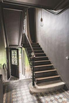 Une cage d'escalier gris réglisse - Jolie maison de famille près de Paris - CôtéMaison.fr#diaporama