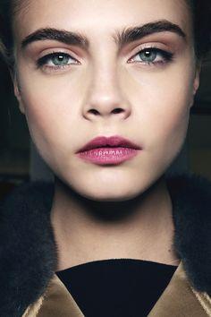 The secret to getting Cara Delevingne eyebrows I Make up I Face — Bushy Eyebrows, Tweezing Eyebrows, Thick Eyebrows, Threading Eyebrows, Perfect Eyebrows, Eyebrow Tweezers, Cara Delevingne Eyebrows, Cara Delevigne, Beauty Makeup