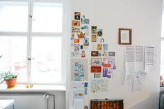 My inspiration wall at studio: postcards and illustrations; Studio Portrait and Interview with illustrators Carolina Búzio and Theresa Grieben on www.herzundblut.com/blog-1/zu-besuch-bei-buziogrieben  © Jules Villbrandt