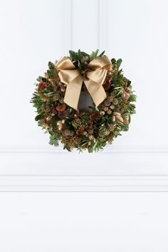 The Hayford & Rhodes Cedar Door Wreath is rustic and delicious, boasting the freshest scented seasonal foliage, seed heads, wheat stems and grasses punctuated with naturally dried festive elements. Cedar Door, Corporate Flowers, Plant Design, Rhodes, Door Wreaths, Christmas Wreaths, Wedding Flowers, Seeds, Pastel