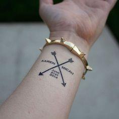 exemple tatouage prenom femme poignet avec 2 fleches croisees