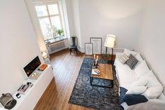 Un apartamento con la cama en un altillo.