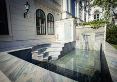 Ein extravagantes Pool auf der Terrasse einer Wohnung in der Wiener Innenstadt mit Römereinstieg und Wasserfall-Wand. Colonial, Mansions, House Styles, Outdoor Decor, Home Decor, Design Ideas, Jars, Interior Design, Gardens