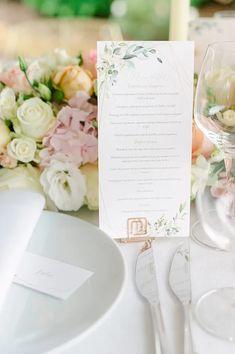Suchst Du Ideen für Deine Gartenhochzeit? Hier findest Du tolle Tipps und Inspirationen rund um Deine Hochzeit unter freiem Himmel, die Dir bei Deiner Hochzeitsplanung helfen. Klicke hier und hol Dir Ideen für Dein Brautkleid, die Tischdeko, eine Zelt Hochzeit, das Getting Ready oder die stilvolle Hochzeitsdeko! Fotos: Heike Moellers Photography #Gartenhochzeit #Hochzeitsplanung #WhiteWeddingMag Outdoor Ceremony, Place Cards, Place Card Holders, Table Decorations, Chic, Pictures, Newlyweds, Registry Office Wedding