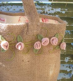 Jute Crafts: 29 Ideas to Make at Home Hessian Bags, Jute Bags, Embroidery Bags, Silk Ribbon Embroidery, Felt Flowers, Fabric Flowers, Felt Roses, Burlap Crafts, Fabric Bags