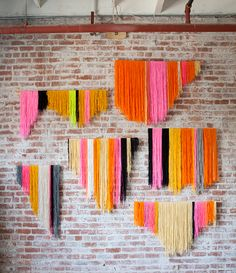 DIY Yarn Wall Art Tutorial from Creativebug here. This is one of those DIYs that can go one of two ways: awesome or really awful looking. Its all in the proportion and colors chosen. You could also use branches rather than dowels for a more organic feel. String Art Diy, Diy Wall Art, String Crafts, Diy Artwork, Woven Wall Hanging, Diy Hanging, Hanging Origami, Diy Décoration, Diy Crafts