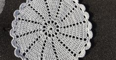 Zpagetti Doily Rug by Kira Crochet Mat, Crochet Rug Patterns, Doily Patterns, Crochet Home, Thread Crochet, Crochet Designs, Crochet Placemats, Crochet Dishcloths, Crochet Doilies