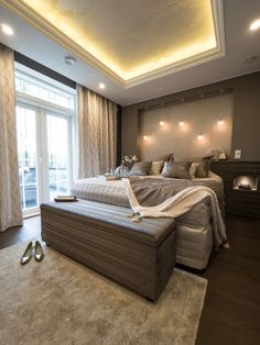 Master bedroom with beautiful Iiris LED-lights and indirect light. Makuuhuoneen kauniista valaistuksesta pitävät huolen Iiris LED-valaisimet sekä epäsuora valo.