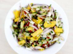 Mango- og agurk-salsa New Menu, Cobb Salad, Salsa, Mango, Vegetables, Food, Manga, Essen, Vegetable Recipes