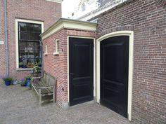 Haarlem - Het Hofje van Oorschot is gebouwd in 1769 uit de nalatenschap van de Amsterdamse koopman Wouterus van Oorschot (1704-1768). Naast de donatie van 20.000 gulden hebben de Staten van Holland 20.000 gulden bijgelegd en kon het hofje gebouwd worden. Het hofje is gebouwd rond een binnentuin als 'een sieraad voor de stad'. Het was bedoeld voor arme vrouwen van 50 jaar en ouder die lid waren van de hervormde gemeente. Foto: G.J. Koppenaal, 1/7/2016.
