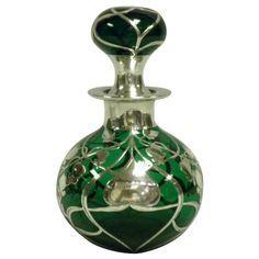 Arte Nouveau de vidrio verde y una botella de perfume superposición de plata de ley, c. 1905