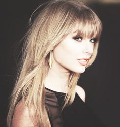 This is stunning- Taylor's beautiful smokey eyes & gorgeous lipstuck from the Britt Awards