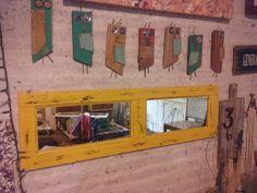 Espejo. Color amarillo. Reutilizando pieza de postigo antiguo