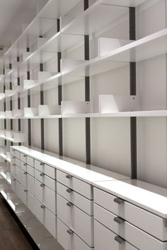 modular shelving system for a corporate library shown in opaque white lacquer Wall Shelving Systems, Shelving Design, Modular Shelving, Shelf Design, Supermarket Design, Retail Store Design, Modular Walls, Modular Furniture, Showroom Interior Design