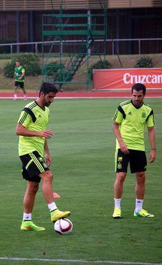 Raúl García y Cesc entrenándose en Las Rozas en 2014 #seleccionespanola #LaRoja #diariodelaroja