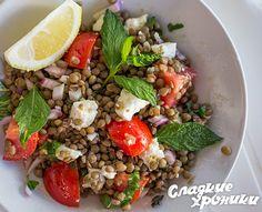 Средиземноморский летний салат с чечевицей, помидорами и фетой «в греческом зале»