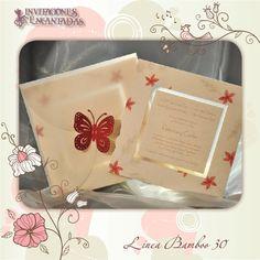 Invitacion con diseño de flores + sobre de papel calca con una mariposa en paper cut