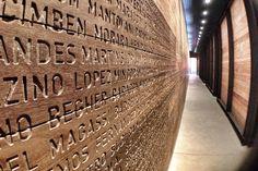 Este painel é lindíssimo.Tem uns 15 m de comprimento e uns 3 de altura. É de madeira e tem os sobrenomes de muitos dos imigrantes que passaram por aqui (infelizmente, não estão em ordem alfabética).