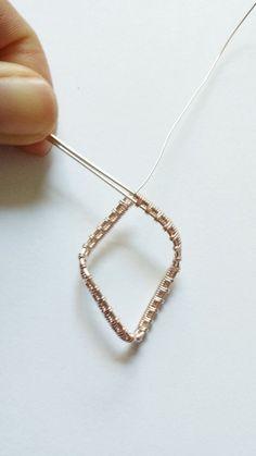 針金さえあればいろいろなアクセサリーを作れますが、糸のように編むとゴージャスに仕上がるんです!そこで今回は、針金を編んで作るリングとブレスレットについて詳しくご紹介します。