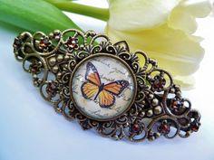 Diese nostalgische Haarspange besteht aus bronzefarbenem Metall und einem filigranen Metallornament. Das Ornament habe ich mit einer Metallfassun...