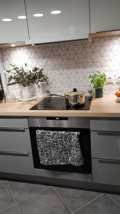 Mobalpa avec crédence Normandy Ceramics e. -Cuisine Mobalpa avec crédence Normandy Ceramics e. - Carreaux Losanges Camille Flammarion x Normandy Ceramics white-geometric-tiles - Many more patterns Chroma Kitchen Wall Tiles, Kitchen Room Design, Modern Kitchen Design, Home Decor Kitchen, Interior Design Kitchen, Kitchen Backsplash, New Kitchen, Home Kitchens, Kitchen Splashback Ideas