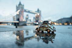 Fotógrafa cria série divertida com miniaturas de carros