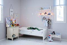 kids room.. like the lights on the shelf