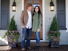 Curb Appeal and Landscaping Ideas from Fixer Upper frontyardlandscaping Curb Ap.Curb Appeal and Landscaping Ideas from Fixer Upper frontyardlandscaping Curb Appeal and Landscaping Ideas from Fixer Upper - from Nest of Curb Appeal Tips Fixer Upper Hgtv, Fixer Upper Joanna, Magnolia Fixer Upper, Café Exterior, Exterior House Siding, Exterior Paint Colors For House, Paint Colors For Home, Exterior Shutters, Exterior Colors