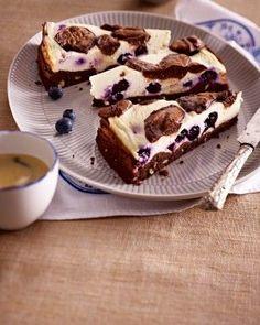 Das Rezept für Käsekuchen-Brownies mit Heidelbeeren und Soße und weitere kostenlose Rezepte auf LECKER.de