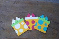 As peças são cortadas eletronicamente em papel para scrapbook, o que lhes confere acabamento delicado.   As figuras são feitas em camadas, que são montadas e coladas umas sobre as outras, artesanalmente, com cola livre de ácido e/ou fita banana para dar efeito de alto relevo.  O trabalho pode ser executado em muitas outras combinações de cores.  O PAGAMENTO DA ENCOMENDA E DO FRETE PODE SER FEITO POR BOLETO BANCÁRIO, CARTÕES DE CRÉDITO ( em uma ou mais parcelas) ATRAVÉS DE  PAY PALL OU MOIP