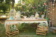 Caixotes na decoração de casamento rústico romântico.