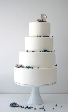 Try having a wedding cake that isn't exactly centred! This cake decoration is perfect for that beach wedding with the pearls hanging off each tier. -kind of love this cake! Naked Wedding Cake, Wedding Cake Pearls, Fondant Wedding Cakes, Beautiful Wedding Cakes, Beautiful Cakes, Beautiful Beach, Simply Beautiful, Amazing Cakes, Beautiful Flowers