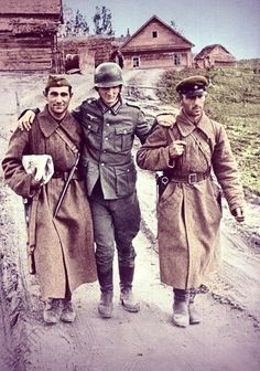 Two Russian soldiers are helping the wounded German soldier prisoner Ww2 Pictures, Ww2 Photos, German Soldiers Ww2, German Army, Ww2 History, History Photos, Military Art, Military History, Germany Ww2