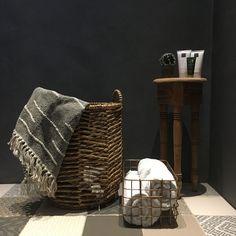 Binnenkijken bij Esmee Bedroom Vintage, Videos, Cosy, New Homes, Throw Pillows, Photo And Video, Living Room, Instagram, Furniture