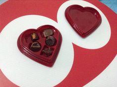 Lunes de Checos y chocolate amordiditas!!!... Primero hay que probarlos todos y después elegir el que más te haya gustado... Ésta es mi ley para las cajas de chocolates...