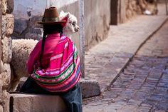 Typisch für Peru sind auch die bunten und gemusterten Stoffe, aus denen die traditionelle Kleidung entsteht. Oftmals sind die Stoffe aus der Wolle des Alpakas gefertigt. Die Tiere gehören zur Art der Kamele und stammen aus den südamerikanischen Anden.