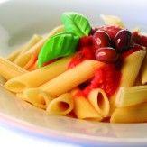 [ITALIENNE]  La cuisine italienne est une cuisine méditerranéenne (pain, huile, tomate). Elle intègre également le riz et le beurre (influences lombardes), la polenta, la crème et le fromage (influences alpines), la viande séchée bresaola, strudel, bière, cannelle (influences autrichiennes).
