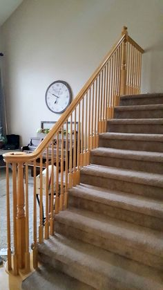 This staircase landing is surely an inspiring and terrific idea Staircase Decor, Staircase, Staircase Railings, Refinish Staircase, Staircase Design, Luxury Home Decor, Diy Stair Railing, Carpet Staircase, Diy Staircase Makeover