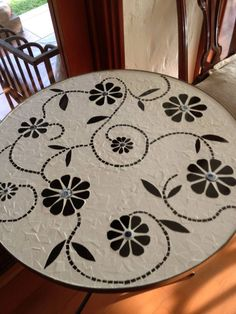 Black and white mosaic table top. Mosaic Tile Art, Mosaic Pots, Pebble Mosaic, Mosaic Diy, Mosaic Garden, Mosaic Crafts, Mosaic Projects, Stone Mosaic, Mosaic Glass