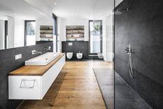 Traum-Badezimmer (von Corneille Uedingslohmann Architekten). Keine Angst vor dunklen Wänden.