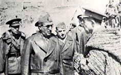 Con traje de cuero, el Coronel Prada rindiendo Madrid ante el militar nacional Losas