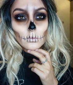 Fantasie-Make-up … - Halloween Make-up Half Skeleton Face, Skeleton Face Makeup, Pretty Skeleton Makeup, Skeleton Face Paint Easy, Zombie Face Makeup, Half Skull Makeup, Skull Face Paint, Pretty Makeup, Helloween Make Up