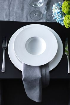 Impress your dinner guests with the stylish STOCKHOLM deep plate.