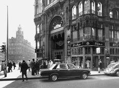 Végigsétálva a pesti belváros legbelsejében húzódó Petőfi Sándor utcán ma drága butikokat, menő éttermeket és kávézókat, csinos és sokaknak elérhetetlen árú holmikat bemutató kirakatokat látunk. És bár a kirakatok és cégérek 99 százaléka lecserélődött a 70-es évek óta, végignézve az akkor készült képeket, a Petőfi Sándor utcában már akkor is ugyanazok a dolgok voltak, mint most. Csak egy kicsit szocialistábban.