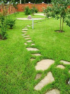 Из остатков природного материала делают оригинальные дорожки. Concrete Stepping Stones, Garden Stepping Stones, Garden Images, Wooden House, Pavement, Garden Paths, Land Scape, Beautiful Gardens, Backyard
